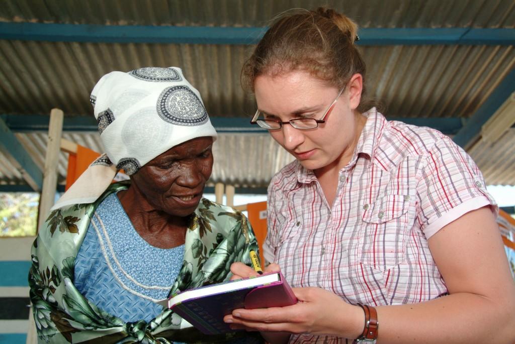 Wir bleiben in Kontakt! Austausch von Adressen am Rande einer Ausstellungseröffnung in Mapoka. Foto: Niko Wald