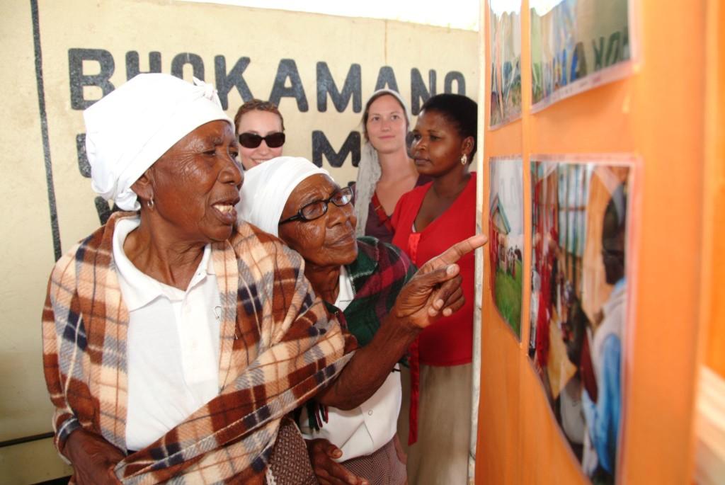 Dank Kooperationen ist die DGFB gut vernetzt - mit Akteuren in Botswana und in Deutschland. Das Foto zeigt die Eröffnung einer Fotoschau in Mapoka. Foto: Niko Wald