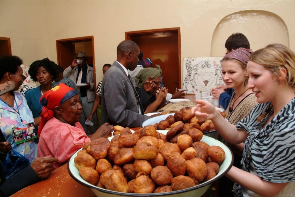 Die DGFB bringt Menschen, Ideen und Projekte rund um Botswana zusammen. Mit Ihrer Mitgliedschaft werden Sie Teil dieser starken Gemeinschaft. Das Foto zeigt die feierliche Eröffnung einer Foto-Ausstellung in Kanye. Foto: Niko Wald