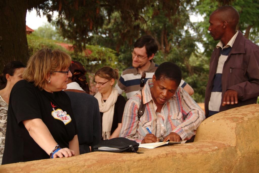 Eindrücke, Beobachtungen, Forschungsergebnisse: Die Publikation der DGFB bietet einzigartige Einblicke in ein vielschichtiges Land. Das Foto zeigt Absprachen zwischen Angehörigen des Village Development Comittee in Kanye und Mitgliedern der DGFB. Foto: Niko Wald