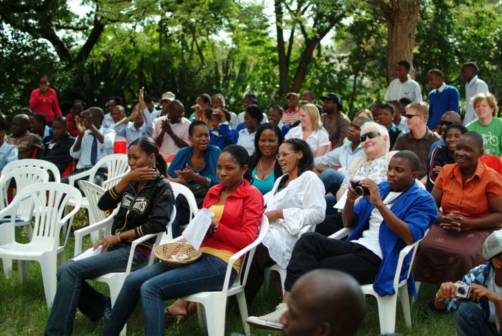 Die Jahresversammlungen der DGFB sind Kontakt- und Ideenbörse sowie Plattform für die Präsentation von Projekten und Forschungsergebnissen. Ihre Termine stehen auf dieser Seite bereit. Das Foto zeigt die Mitgliederversammlung des Supga Ngwao Museums Francistown, Kooperationspartner der DGFB. Foto: Niko Wald